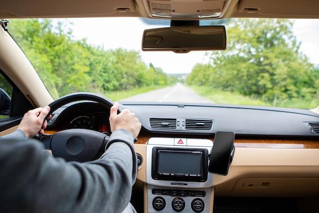 O homem dirigindo o carro moderno Foto Premium