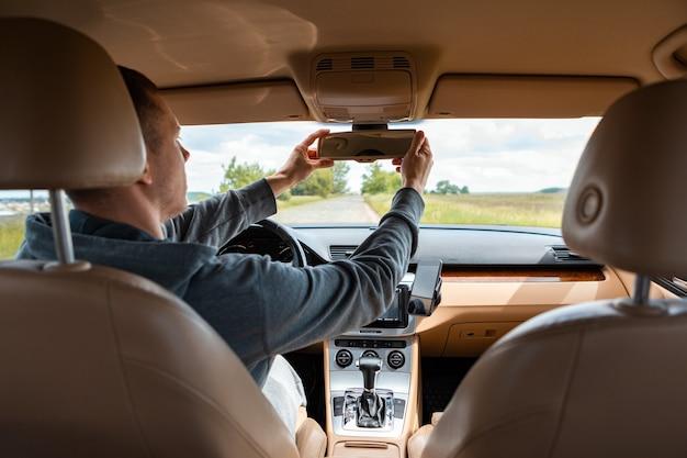 O homem dirigindo o carro moderno