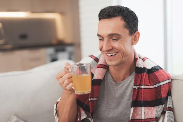 O homem doente após a recuperação continua a beber remédios.