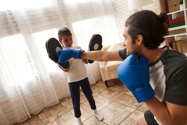 O homem e a menina felizes têm o treinamento de encaixotamento.