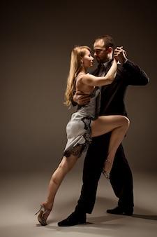 O homem e a mulher dançando tango argentino