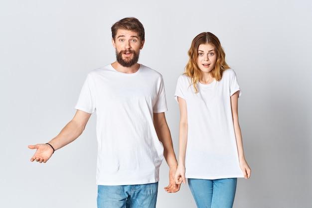 O homem e a mulher estão lado a lado em camisetas brancas copie o projeto da maquete do espaço. foto de alta qualidade