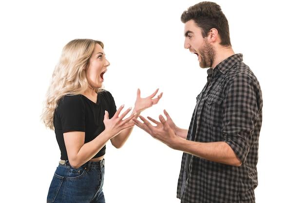 O homem e a mulher gritando no fundo branco
