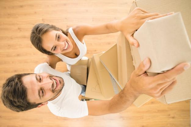 O homem e a mulher seguram caixas. vista de cima
