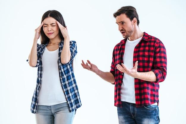 O homem e uma mulher brigando em um fundo branco