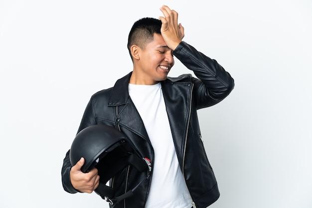O homem ecudoriano com um capacete de motociclista isolado no fundo branco percebeu algo e pretende a solução