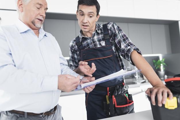 O homem encanador se comunica com o cliente.