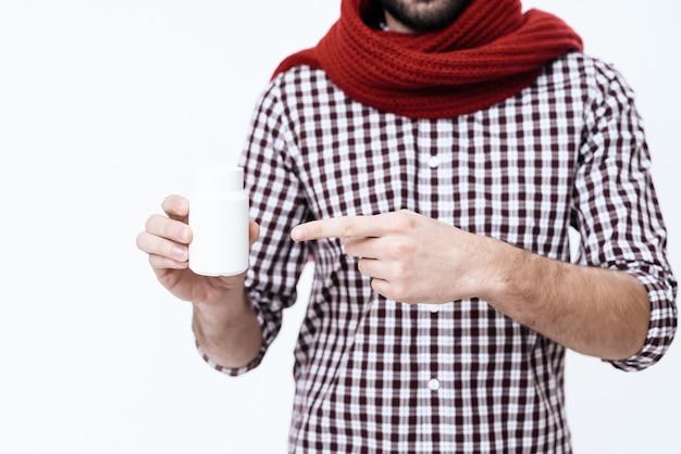 O homem envolveu o lenço no pescoço. ele tem dor de garganta.