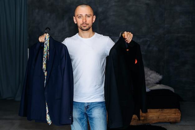 O homem escolhe qual traje usar.