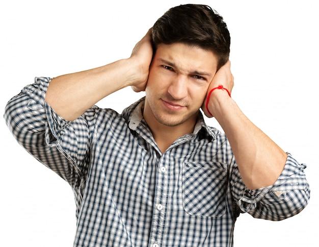 O homem está com dor de cabeça