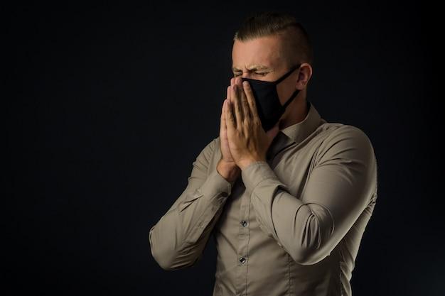 O homem está com tosse. sintomas do coronavírus