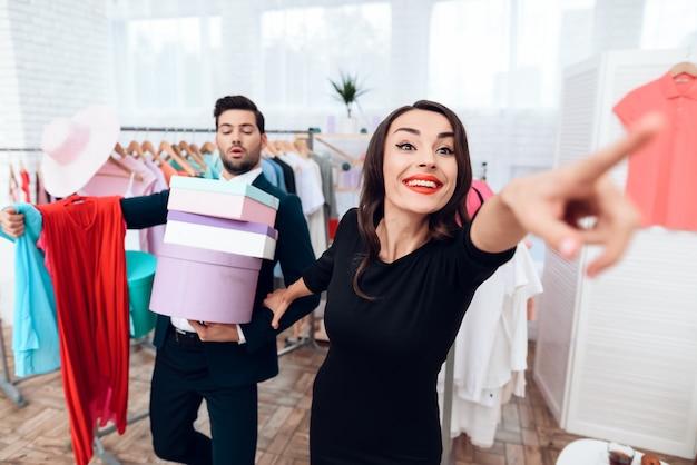 O homem está comprando sua namorada enquanto ela está mostrando.