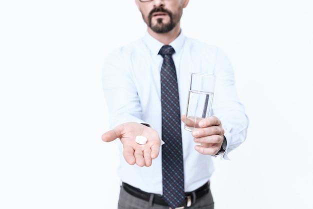 O homem está doente, ele tem medicamentos diferentes em suas mãos.