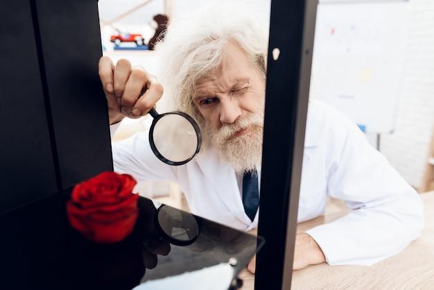 O homem está experimentando uma impressora 3d.