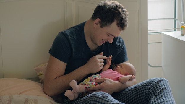 O homem está feliz por ter uma filha bebê