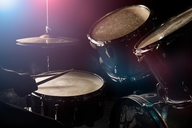 O homem está jogando drumset