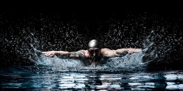 O homem está nadando nado peito. conceito de esportes aquáticos