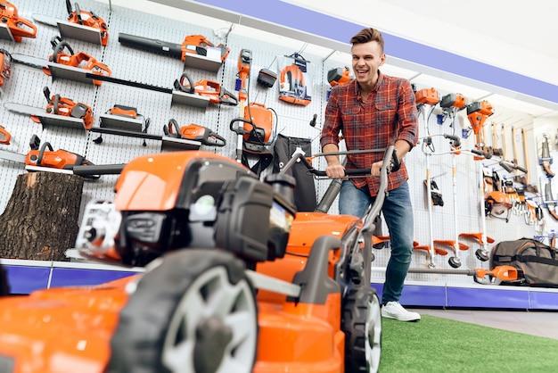 O homem está satisfeito com o novo cortador de grama.