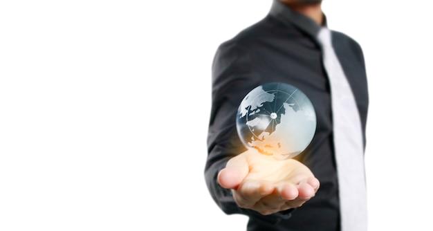 O homem está segurando global na mão
