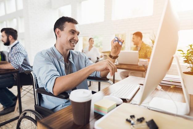 O homem está sorrindo e apaixonado pelo fluxo de trabalho