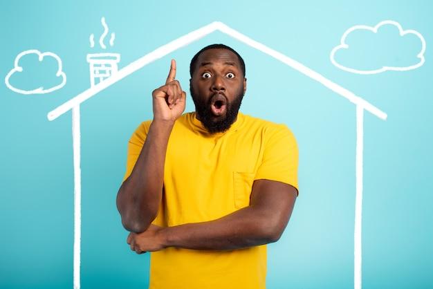 O homem está surpreso por ter comprado uma casa.