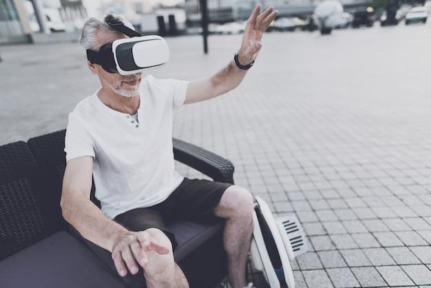 O homem está usando óculos de realidade virtual