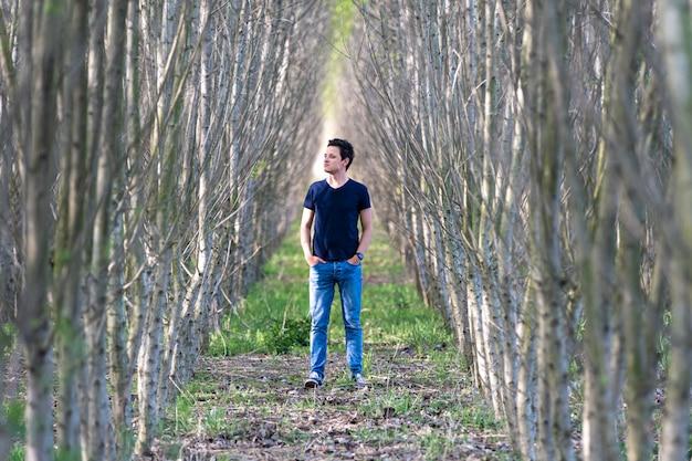 O homem experimenta uma sensação de solidão em uma caminhada pela floresta