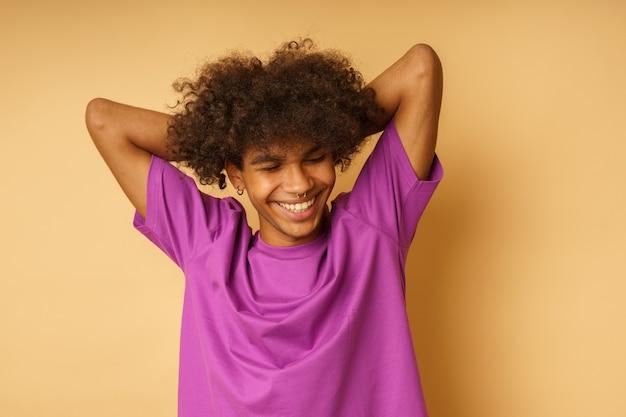 O homem feliz com a camiseta violeta está feliz e despreocupado