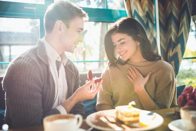 O homem feliz faz uma proposta a uma mulher no restaurante