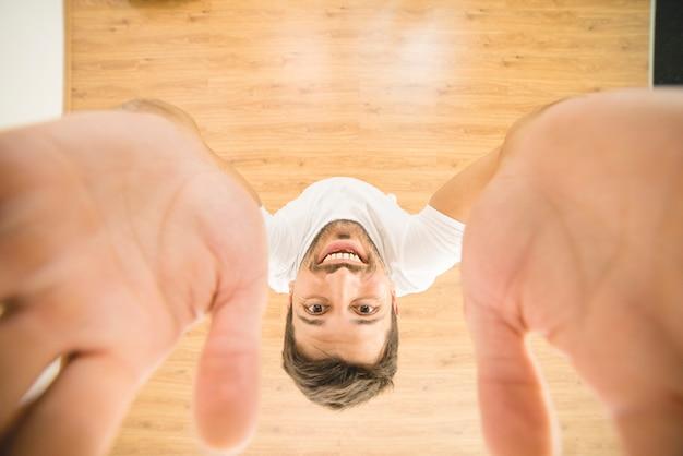 O homem feliz segura uma câmera. vista de cima