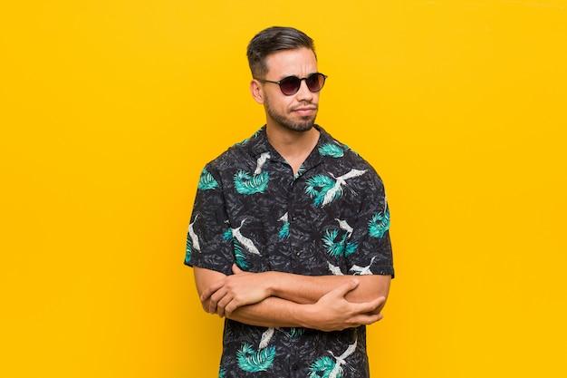 O homem filipino novo que veste a roupa do verão confundido, sente duvidoso e incerto.
