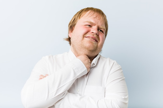 O homem gordo do redhead autêntico novo sofre a dor na garganta devido a um vírus ou a uma infecção.