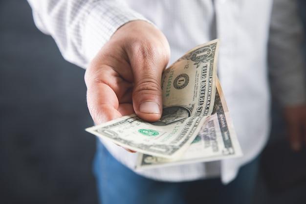 O homem guarda dinheiro e dá para outro.