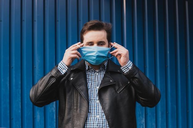 O homem ia usando máscara contra doenças infecciosas e gripe. conceito de cuidados de saúde. quarentena de coronavírus. lugar para texto, copyspace