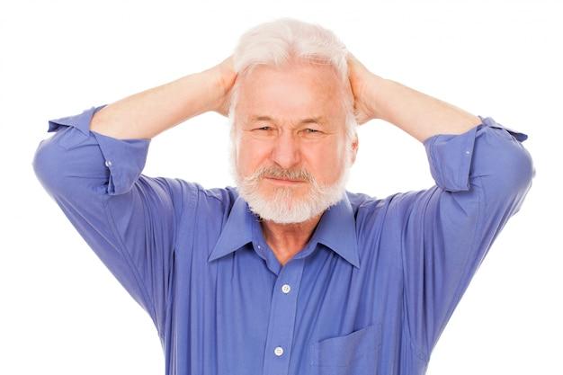 O homem idoso bonito tem uma dor de cabeça