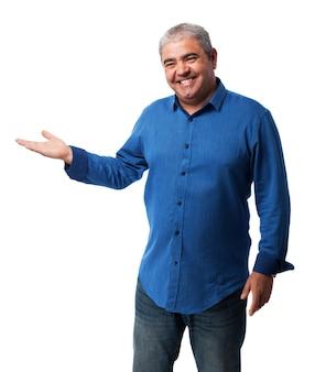 O homem idoso levantando uma mão