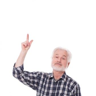 O homem idoso mostra algo