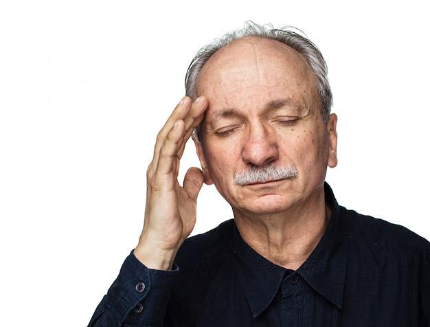 O homem idoso sofre de dor de cabeça