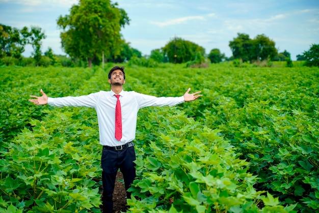O homem indiano gosta da natureza
