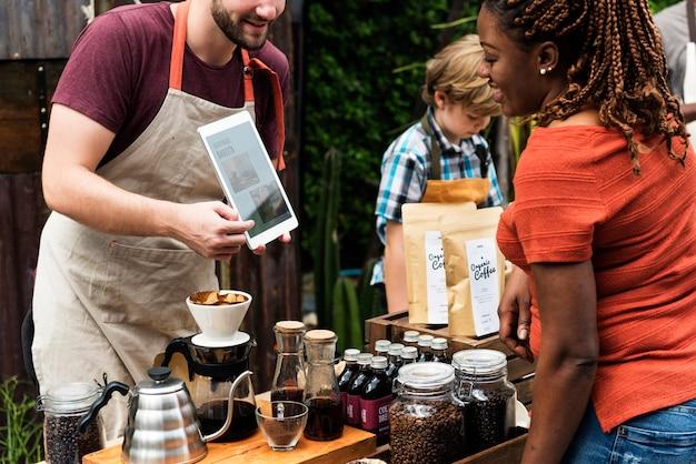 O homem introduz café produto natural