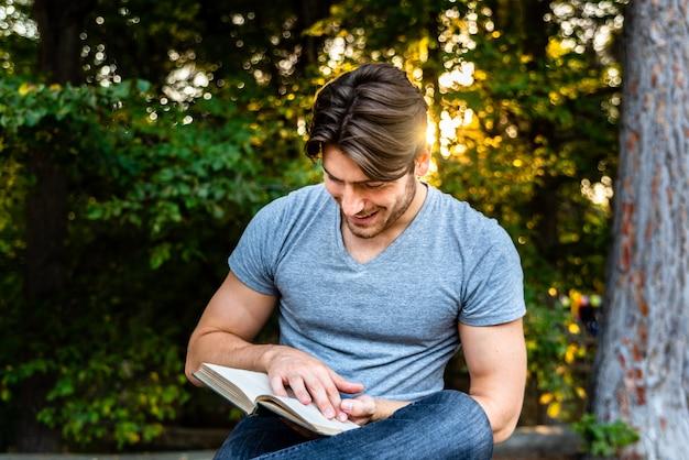 O homem lê com espanto um livro antigo sobre aventuras, imaginação e literatura.