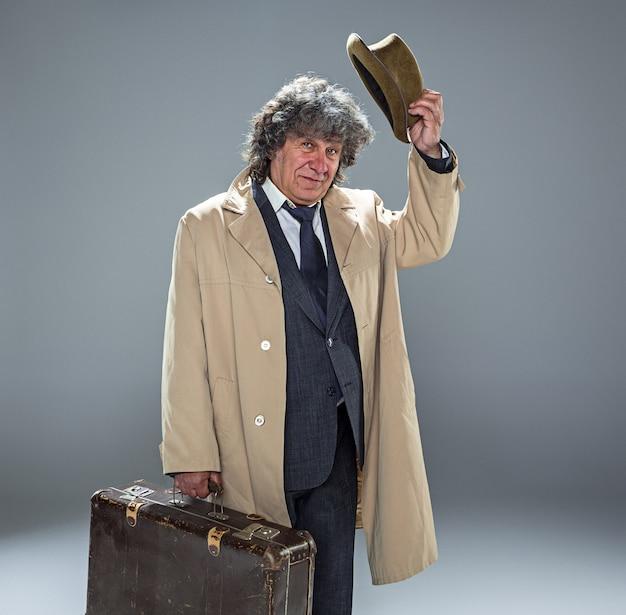 O homem mais velho como detetive ou chefe da máfia