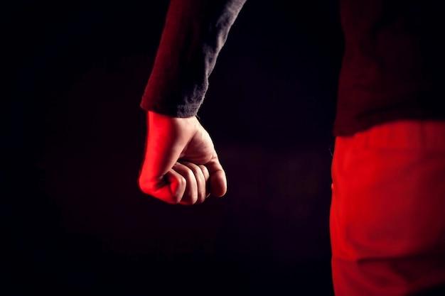 O homem mostra o punho. pessoas, violência, conceito de crime