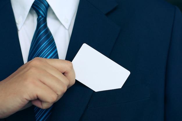 O homem mostrando um cartão de negócios em terno