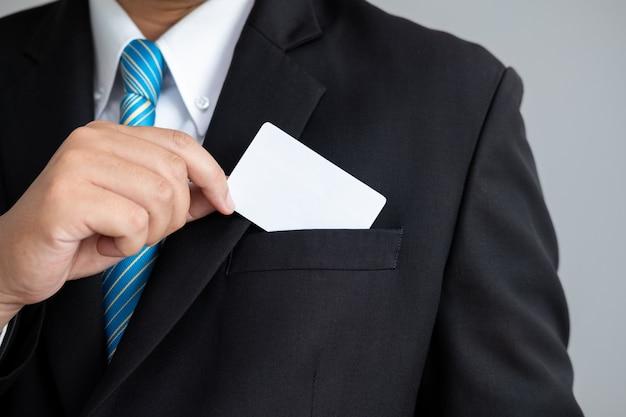O homem mostrando um cartões de visita em terno