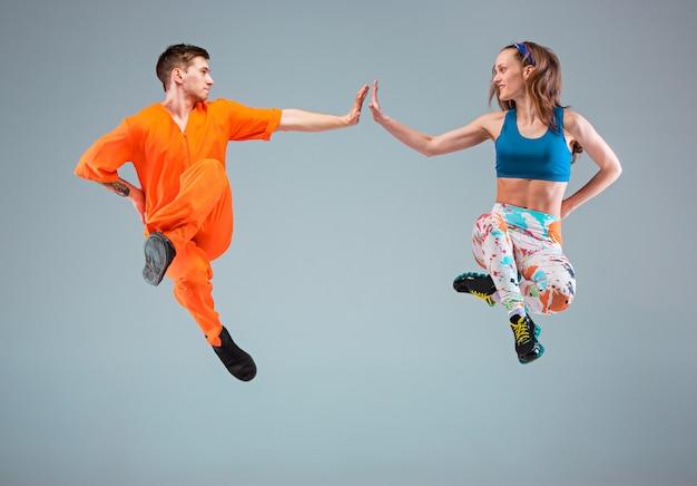 O homem, mulher dançando coreografia de hip hop