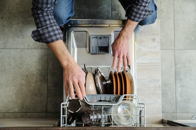 O homem na cozinha.