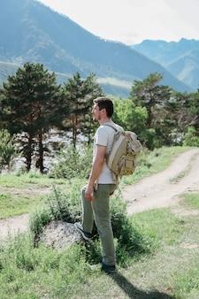 O homem na estrada da montanha.