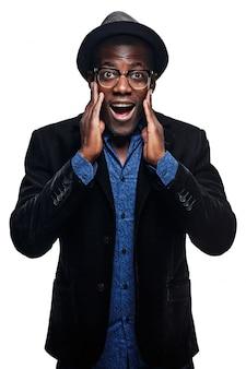 O homem negro com expressão de surpresa