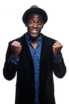 O homem negro com expressão feliz